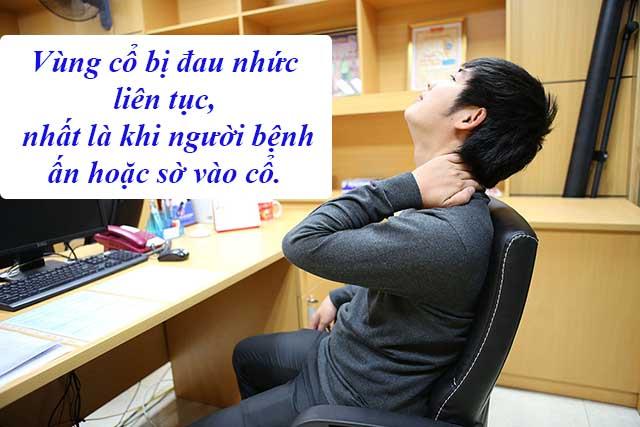 Cơn đau càng tăng khi người bệnh ấn hoặc sờ vào cổ