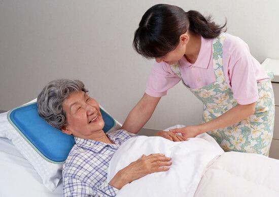 Bệnh nhân bị gãy xương sườn nên nghỉ ngơi để bệnh nhanh chóng khỏi