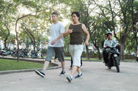 Người bệnh viêm khớp nên đi bộ mỗi ngày