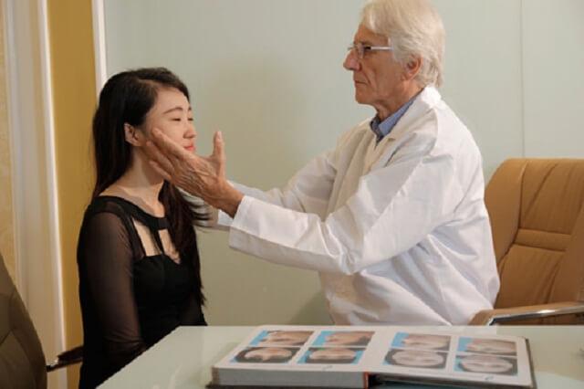 Bác sĩ nắn lại quai hàm khi bị sái quai hàm