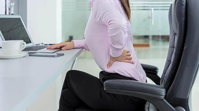 Đau nhức lưng khi bệnh nhân ngồi lâu tại một chỗ