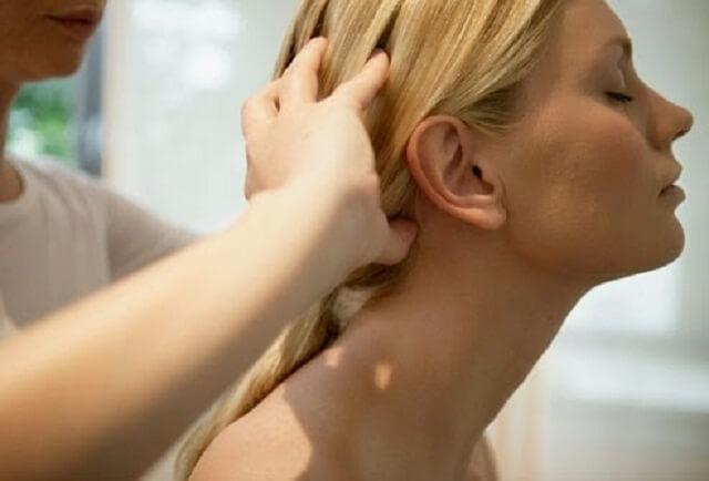 Bệnh nhân bị đau nhức thường xuyên ở sau gáy