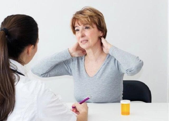 Người bệnh gặp nhiều khó khăn trong việc xoay cổ