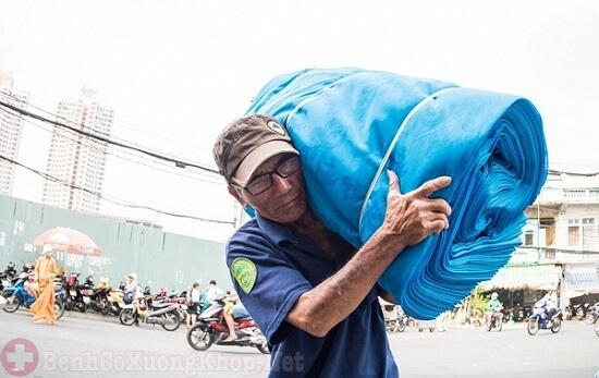 Người lao động nặng dễ bị thoái hóa khớp vai