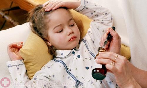 Trẻ thường bị sốt khi bị viêm khớp thiếu niên