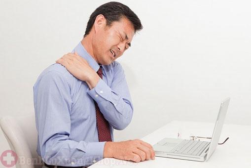 Cơn đau cổ lan sang vùng vai gáy
