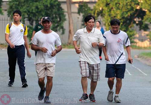 Bị đau khớp gối có nên đi bộ hay chạy bộ không?