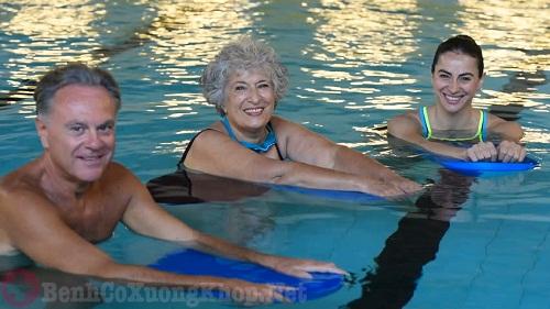 Bơi lội - Môn thể thao dành cho người đau khớp gối