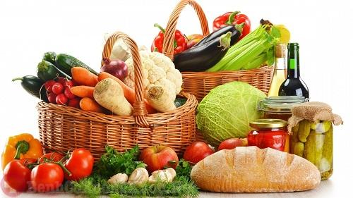 Người bệnh viêm khớp nên ăn nhiều rau xanh và trái cây