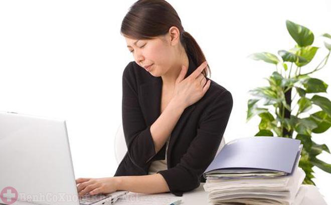 Làm việc thường xuyên trước máy tính gây đau vai gáy