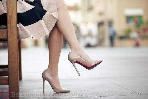 Phụ nữ mang bầu hạn chế đi giày cao gót