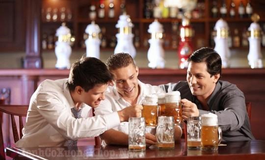 Uống nhiều bia rượu là nguyên nhân gây ra bệnh viêm khớp