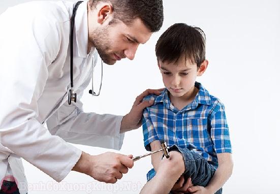 Thể viêm đa khớp khiến trẻ bị đau nhức khớp gối