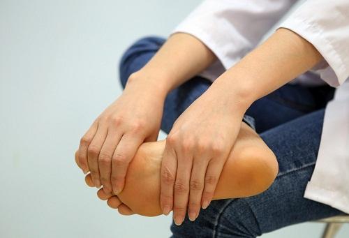 Thoát vị đĩa đệm gây tê chân có nguy hiểm không?