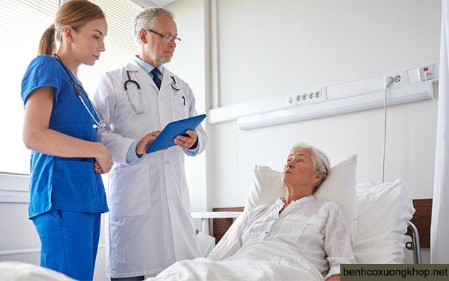 khám bác sĩ khi bị đau khớp háng bên trái