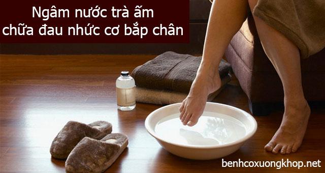 Ngâm trà ấm chữa đau nhức cơ bắp chân