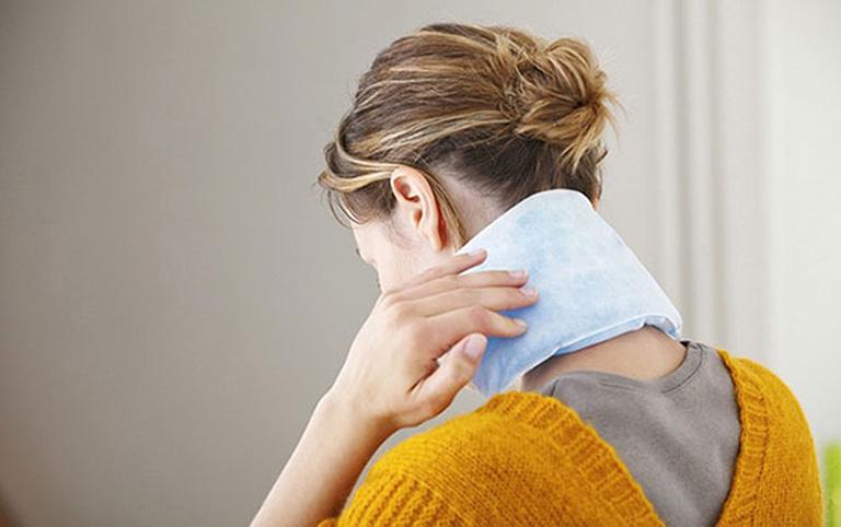 chữa đau cổ do ngủ sai tư thế
