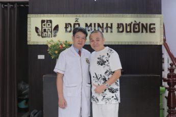 BS, lương y Tuấn thăm khám cho nghệ sĩ Xuân Hinh tại nhà thuốc Đỗ Minh Đường