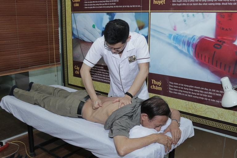 Bác sĩ Trần Hải Long thực hiện day bấm huyệt chữa thoát vị đĩa đệm cho bệnh nhân